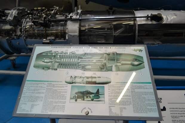 Информационная табличка к двигателю Jumo 004B. Если нажать на кнопку в нижней ее части двигатель «заработает» – ротор начнет вращаться, регулируемый конус сопла будет двигаться, а подсветка покажет, как течет по двигателю воздух, смешивается с топливом, сгорает и превращается в реактивную струю раскаленного газа. Очень наглядно!На табличке стоит дата – 1946 г., но на самом деле работы с таким ТРД французские специалисты начали еще в 1945-м, а может даже в 1944-м