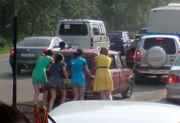 17 девушек, чьи отношения с автомобилями явно не заладились