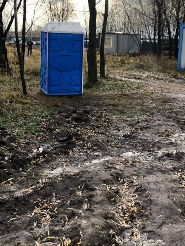 Мусор за строителями в парке 850-летия Москвы убрали дорожники