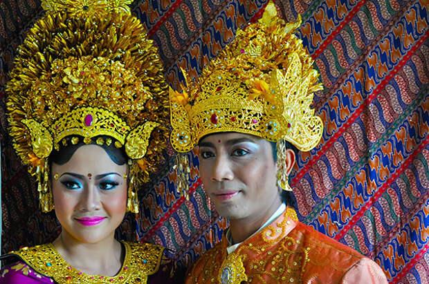 Наряды индонезийских невест богато украшены и сшиты из дорогих и фактурных тканей.
