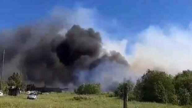 Крупный пожар возник в леспромхозе в Свердловской области