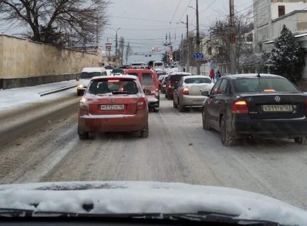 Заторы, аварии, толпы на остановках: Крым снова завалило снегом