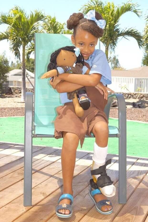Женщина шьет особенные куклы для детей-инвалидов