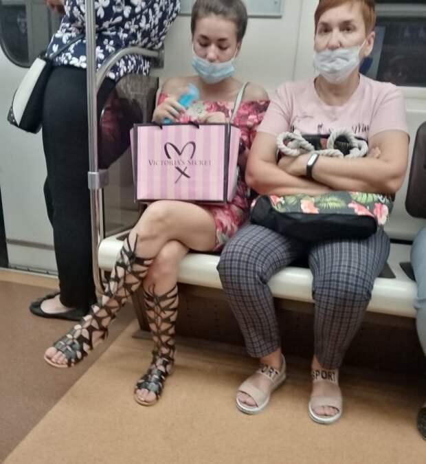 Стиляги в метро (20 фото)