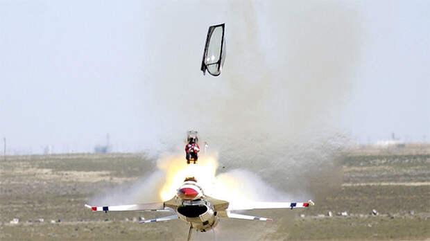 Последний шанс для пилота: зачем Пентагону понадобились российские катапультные кресла
