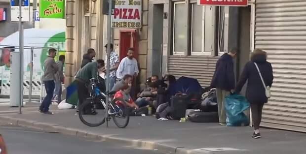 Везде мигранты собираются толпами, фото автора.