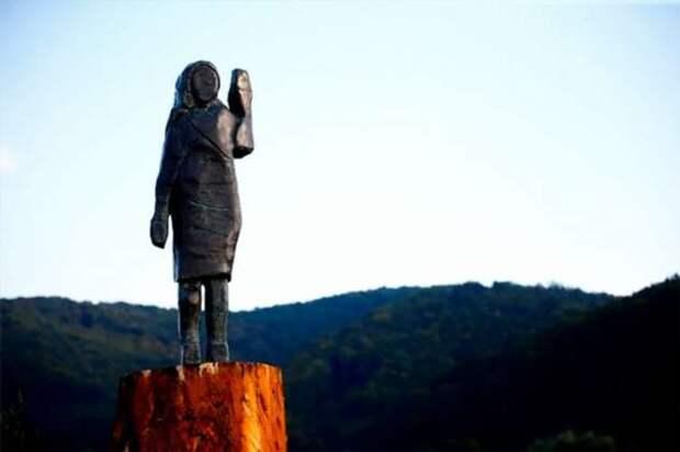 В Словении открыли новую бронзовую статую Мелании Трамп, вместо подожженной
