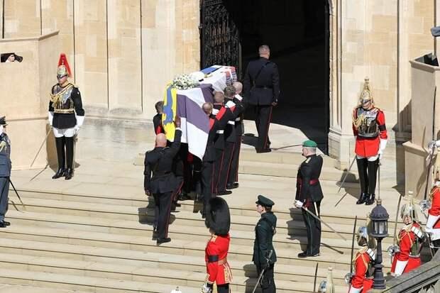 Скандал на похоронах принца Филиппа. Полуобнаженная женщина арестована