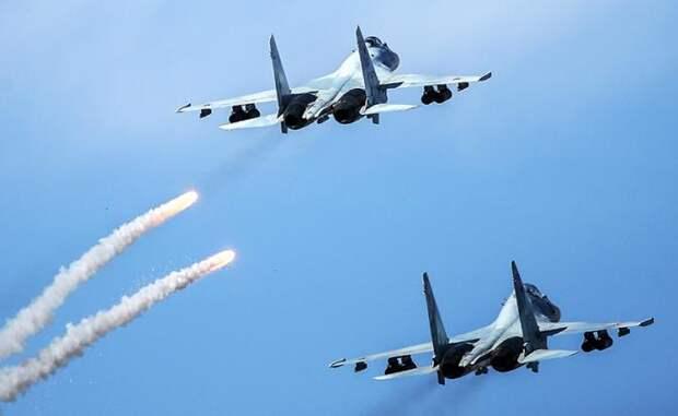 Многоцелевой сверхманевренный истребитель Су-35 и многоцелевой истребитель Су-30 во время стратегических командно-штабных учений