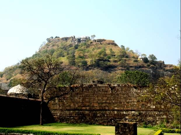 В Индии тоже есть пирамиды, только о них никто не знает. Они отлично замаскированы. Показываю фото