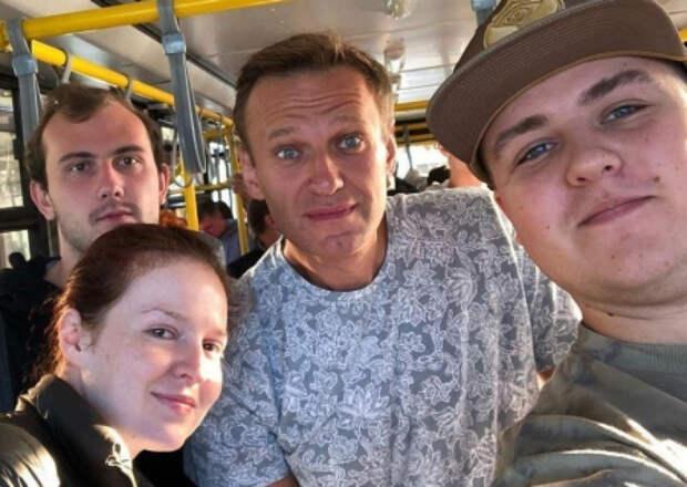 Всем одеть химзащитные костюмы: соратники Навального запустили информацию об обнаружении яда в организме оппозиционера