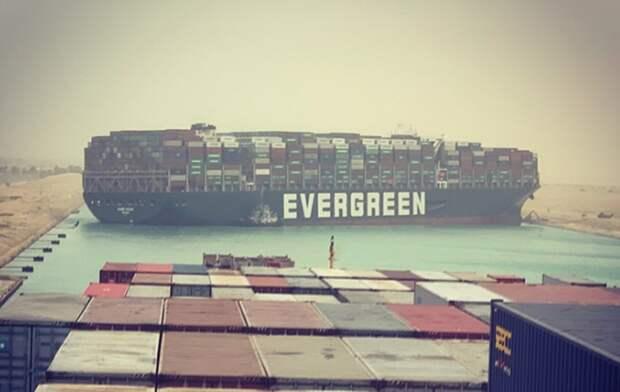 «Привет отAliexpress»: панамский контейнеровоз перекрыл Суэцкий канал