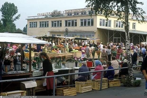 Торговый ряд с цветами. Ящики-сиденья – непременный атрибут любого рынка тех лет. история, факты, фото