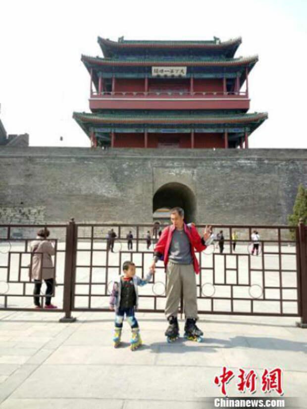 Воспитание по-китайски: 4-летний мальчик проехал более 500 километров нароликах