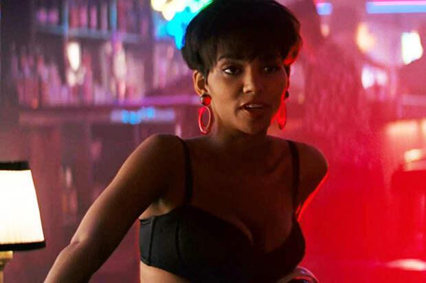 Стриптизерша Кори (Халли Берри), из-за которой у героев «Последнего бойскаута» и начались все проблемы, появляется в фильме буквально на 15 минут экранного времени, но ее танец запоминается надолго.