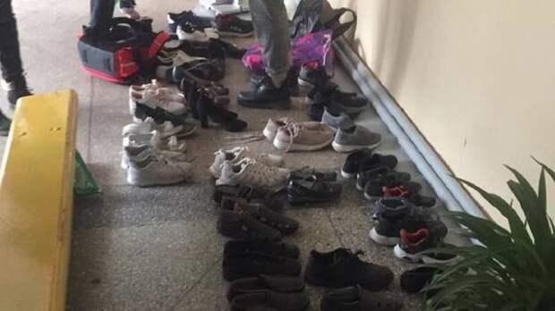 Школьников заставили идти на уроки босиком в Новосибирской области
