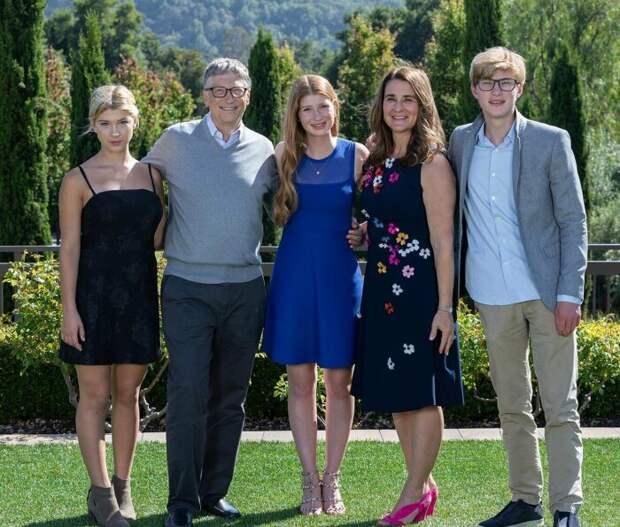 Билл и Мелинда Гейтс с детьми. / Фото: www.cosmopolitan.ru