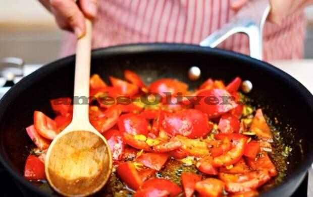Добавить помидоры и жарить