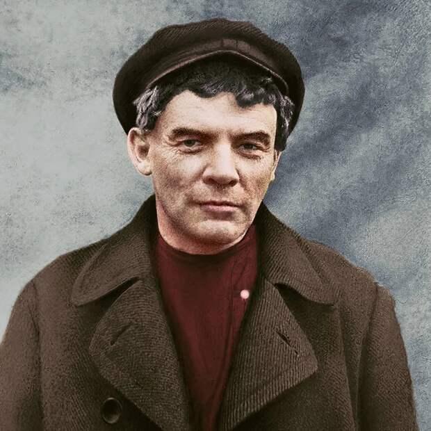 В И Ленин, в 1917г. Скрывается от временного правительства в Разливе, фотография сделана на поддельные документы, финского рабочего, по этой же причине сбриты борода и усы. На фото Ленину 47 лет.