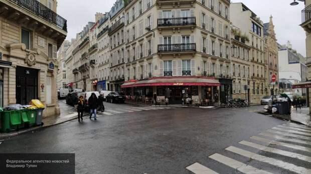 Митингующих украинцев с бандеровским флагом забросали яйцами в Париже