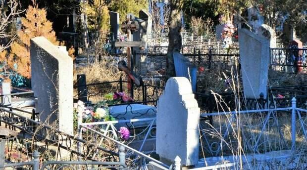 Двое жителей Красногвардейского района Крыма попались на краже могильных оград