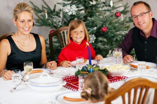семья сидит за новогодним столом