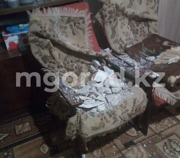 Штукатурка обвалилась с потолка у жителей двухэтажки после ливня в Уральске
