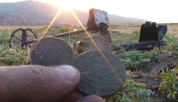 История и археология: Тайна древнего кольца «Memento Mori», которое археологи обнаружили недавно в сундуке с сокровищами
