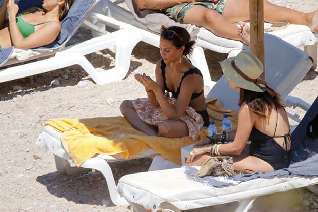 Отдых без границ: Алисия Викандер проводит отпуск с друзьями на Ибице