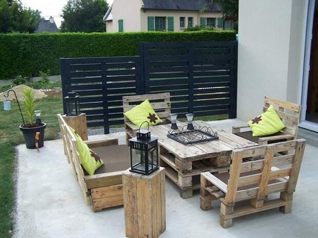Деревянная мебель на даче.