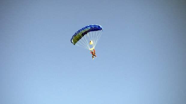 Двое мужчин получили серьезные травмы после прыжка с парашютом в Подмосковье