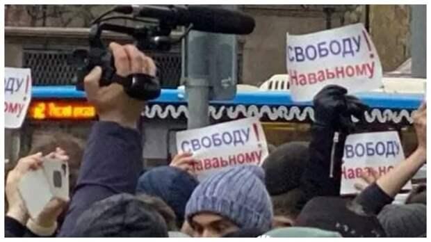 Соратники Навального принесли на акцию плакаты с ошибками