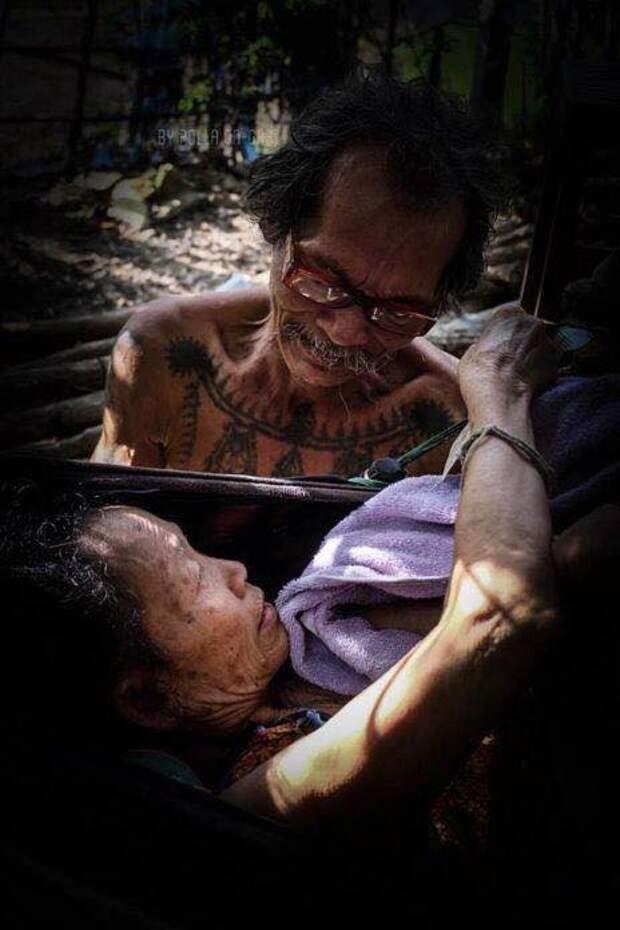 Настоящая любовь: голодающий муж продолжает кормить парализованную жену
