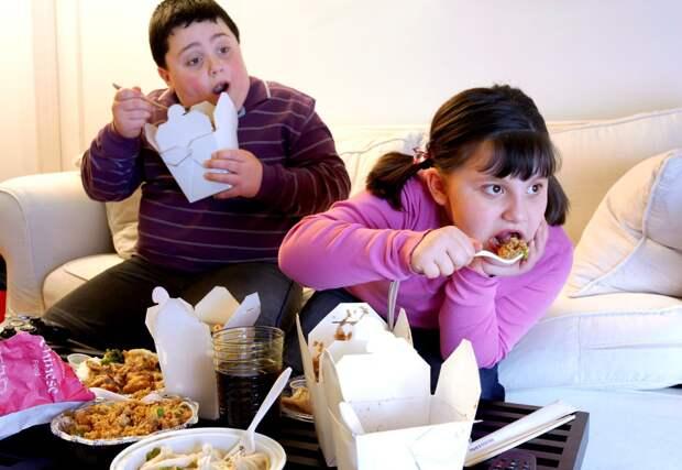 Врачи объяснили, чем еще опасно ожирение у детей