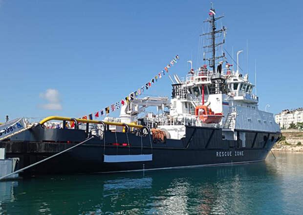На Черноморском флоте прошла церемония подъёма флага на спасательном буксире «Спасатель Василий Бех»