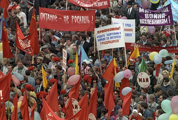 Праздничная демонстрация на Красной площади. День международной солидарности трудящихся, 1 мая 1990 года