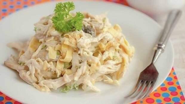 Блинный салат с курицей: простой рецепт