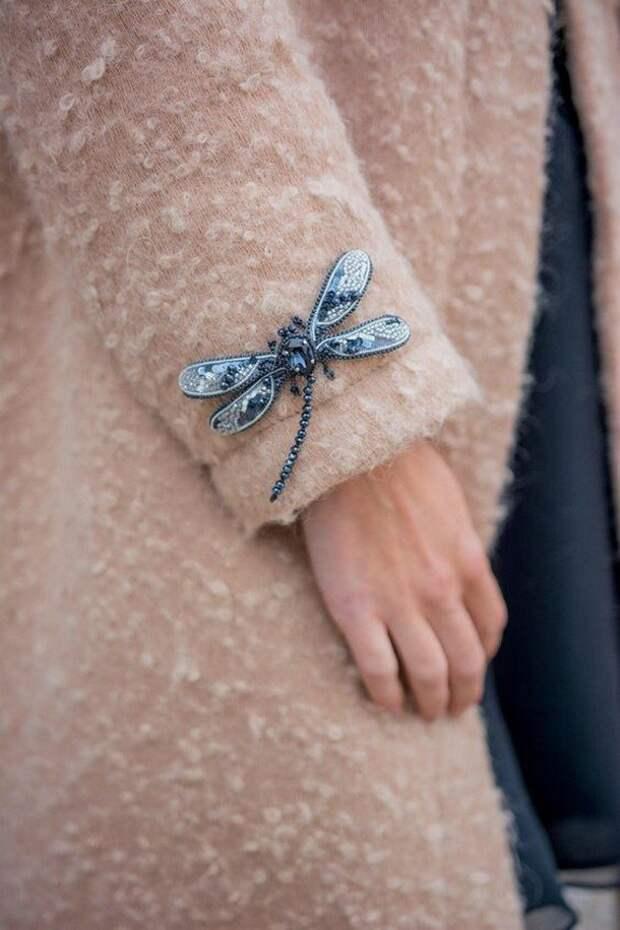 Кресты и насекомые, жемчуг и цепи: модная бижутерия зимы 2020-2021