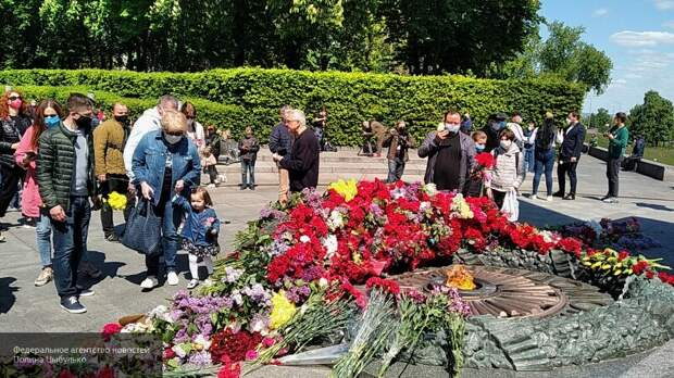 Окружили и спели «Катюшу»: киевляне защитили старушек с портретом Жукова от полиции