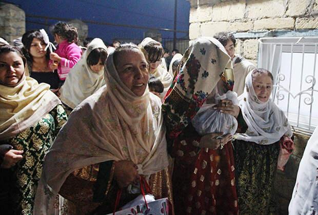 Женщины ведут невесту в дом жениха