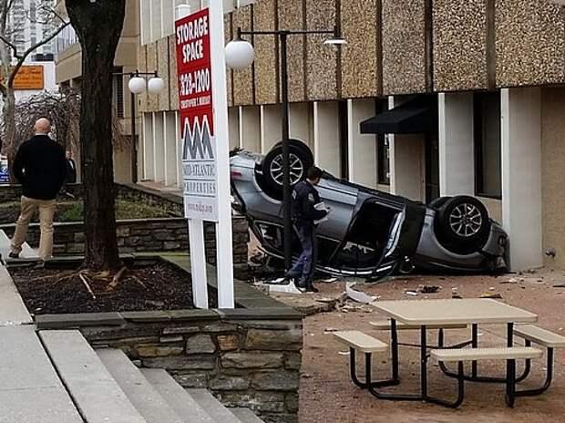 Родилась в рубашке: женщина за рулем Audi Q5 упала с четвертого этажа