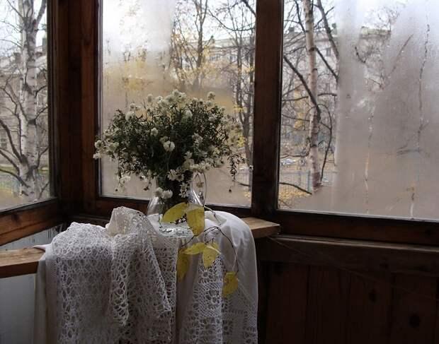 Красивое решение для балкона с сухими цветами в вазе, что преобразит интерьер.