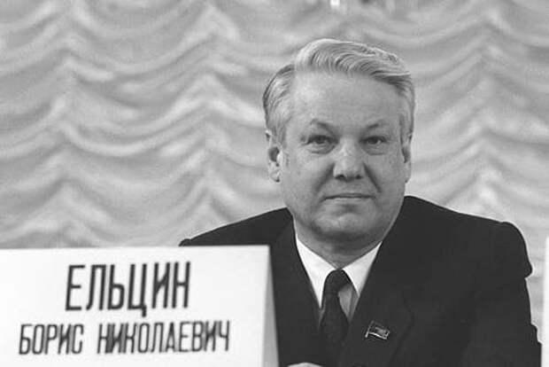 В Сети обсуждают фото Лужкова и Ельцина на фоне трусов