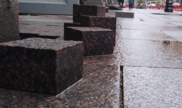 Пожилая украинка по пояс провалилась под плитку на тротуаре