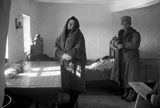 Коллективизация на Украине. Кулака с женой выселяют из деревни. Репродукция с фотографии 1929 года