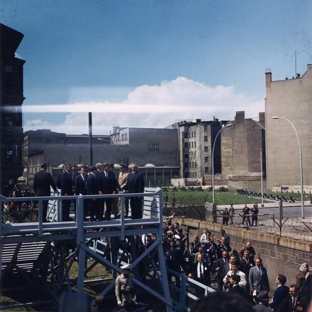 Президент США Джон Ф. Кеннеди на КПП «Чекпойнт Чарли» в 1963 году.jpg