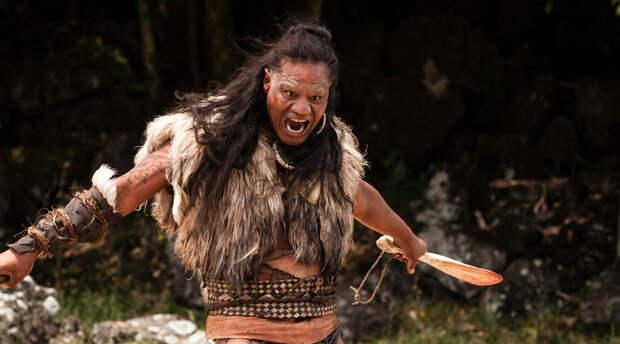 Воины Маори Народ маори был одним из самых воинственных в регионе. Это племя считало, что драка с противником — лучший способ поднять престиж и настроение. Каннибализм же требовался для того, чтобы заполучить ману врага. В отличие от большинства национальных культур, маори не были завоеваны никогда, а их кровожадный танец, хака, до сих пор исполняется национальной сборной по регби.