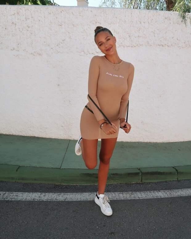 Летом и платья короче, и ноги длиннее