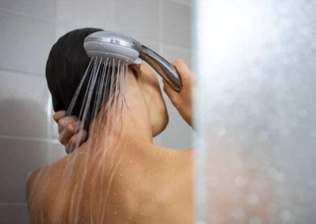 Врачи советуют не принимать душ дольше 5 минут