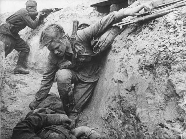 Советская санитарка оказывает помощь под вражеским огнем.